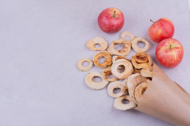 꽃다발처럼 소박한 종이 포장에 말린 사과 조각