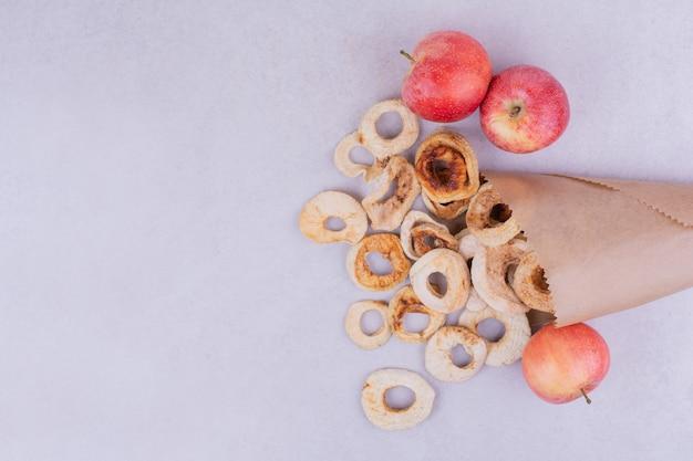 종이 포장 안에 마른 사과 조각