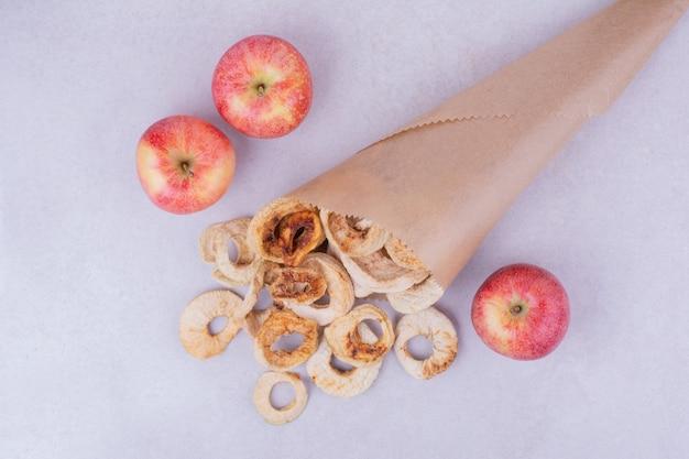 Asciugare le fette di mela in un involucro di carta rustico come un bouquet