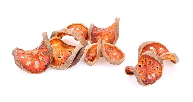 Сухие плоды bael изолированные