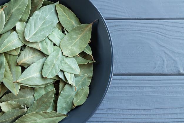 木製のテーブルトップビューのカレミックボウルにローリエまたは月桂樹を乾燥させる