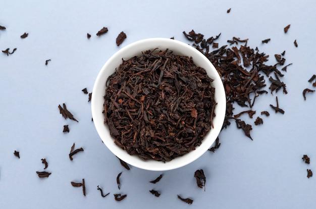 ホワイトスペース、トップビューで分離された乾燥茶茶葉