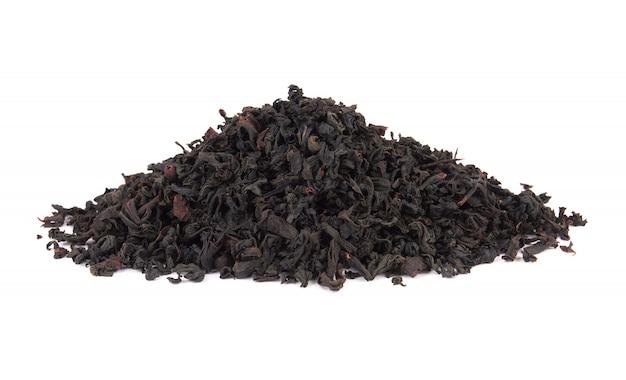 白い背景の上の乾燥した紅茶の山