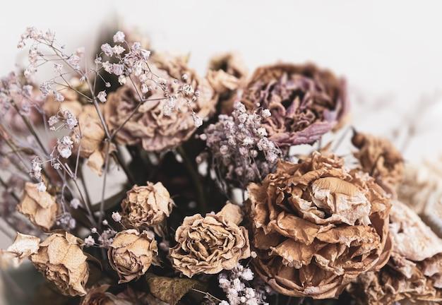 ドライブーケ。花束のドライフラワーのクローズアップ画像。生と死の概念。枯れた花