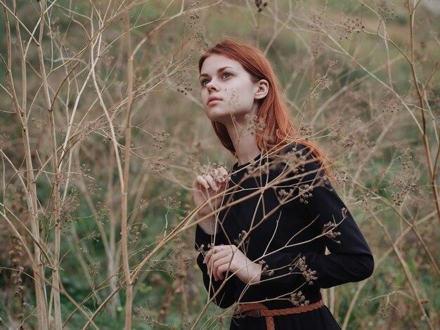 Сухие ветки природа трава женщина в черном платье свежий воздух
