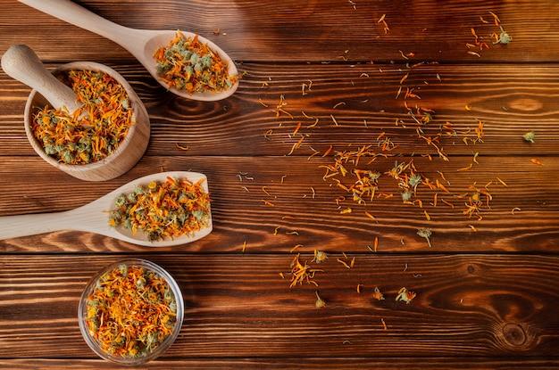 木製のテーブルにキンセンカ薬用花を乾燥させます。
