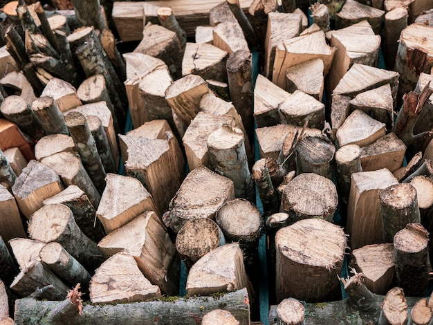 かまど用に積み上げられた乾いたみじん切り薪薪とウッドパイルの保管木片の積み重ねの質感
