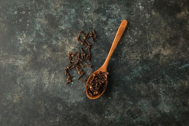 Chiodi di garofano secchi in un cucchiaio di legno