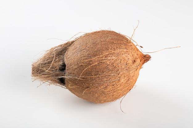白い背景の上に分離された乾燥ココナッツフルーツ