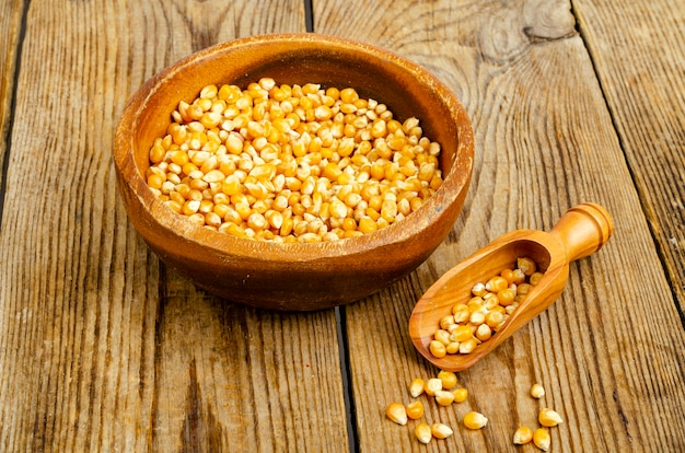 Сухие зерна кукурузы в миске для приготовления попкорна