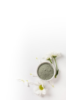 흰색 바탕에 꽃이 있는 흰색 얼굴 그릇에 건조한 화장품 파란색 점토