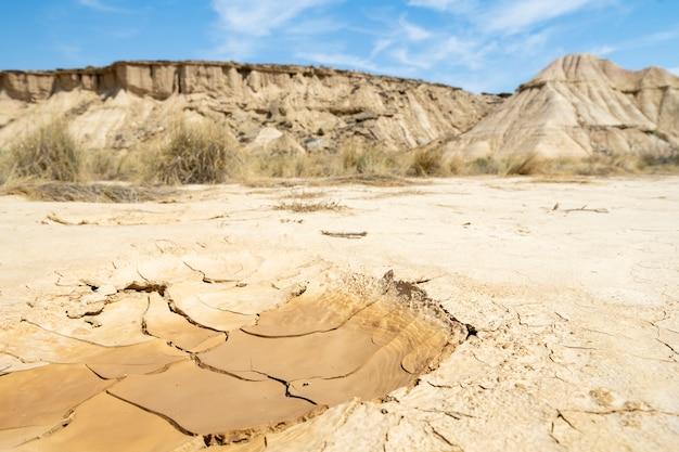 ひびの入った粘土のテクスチャを乾燥させます。地球温暖化の結果。気候変動