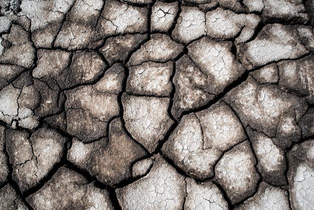 Сухая потрескавшаяся земля в качестве фона крупным планом фон полный узор пламени текстура поверхности трещины Premium Фотографии