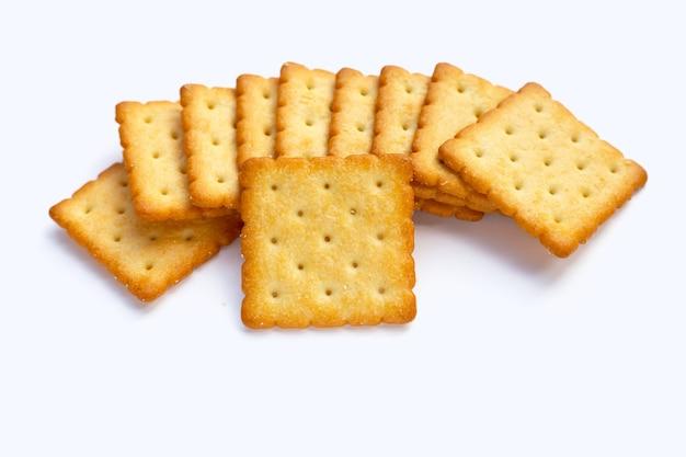 白い背景の上の乾燥クラッカークッキー。