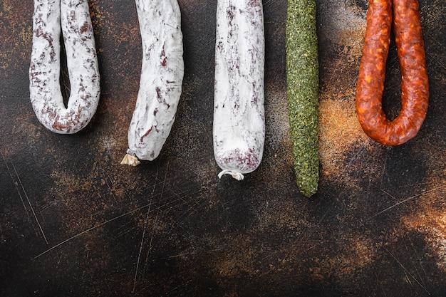 Вяленые колбаски чоризо и салями фуэт с копией пространства