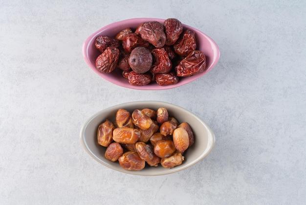 セラミックカップに入った乾燥ナツメヤシとナツメの果実。