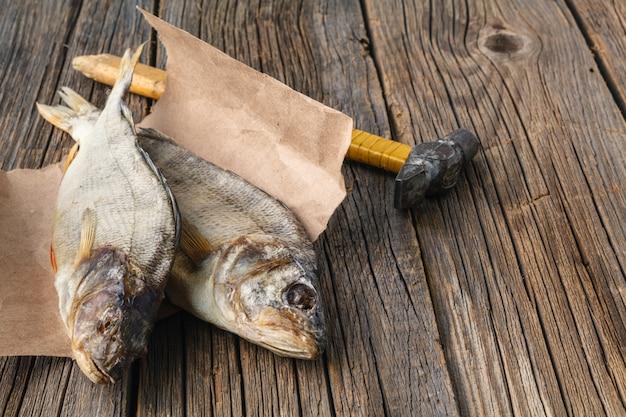 나무 배경에 마른 생선
