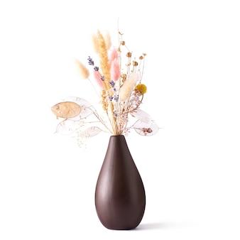 흰색 고립 된 배경에 갈색 꽃병에 마른 꽃 꽃다발.