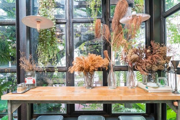 Decorazione di fiori secchi sul tavolo
