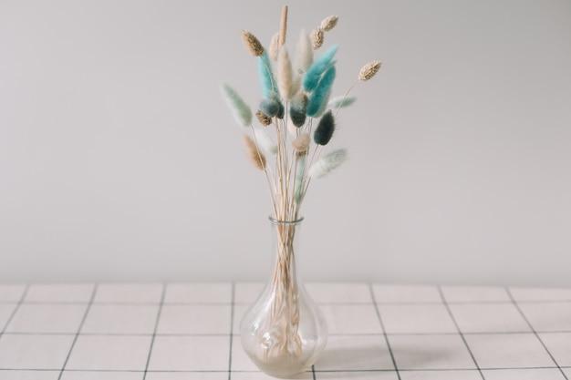 Сухие цветы в вазе на столе