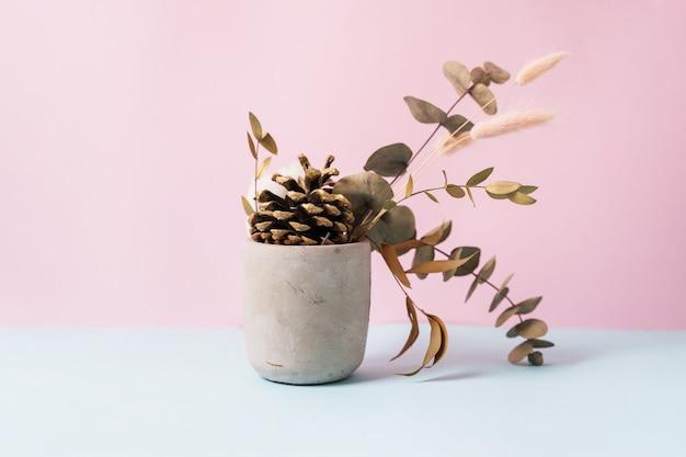 Минимальная композиция сухих цветов в бетонном горшке. домашнее хобби своими руками. фото высокого качества