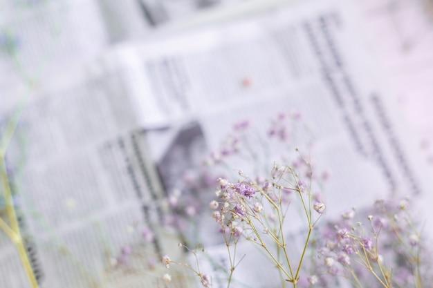 新聞の表面にドライフラワー、セレクティブフォーカス、春のムード