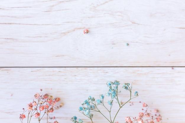 木製の表面にドライフラワー、セレクティブフォーカス、春のムード