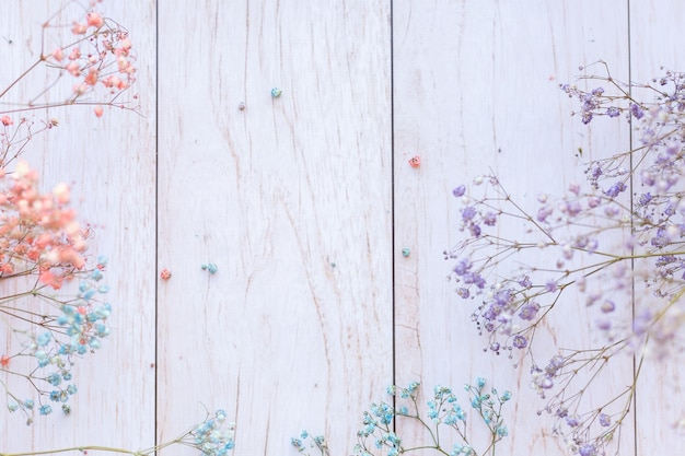 Сухие цветы на деревянной поверхности, выборочный фокус, весеннее настроение