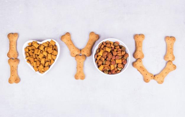 Сухой корм и угощение для домашних животных на костях