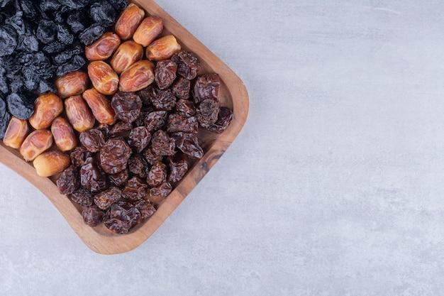 나무 접시에 건조 과일 조합입니다. 고품질 사진