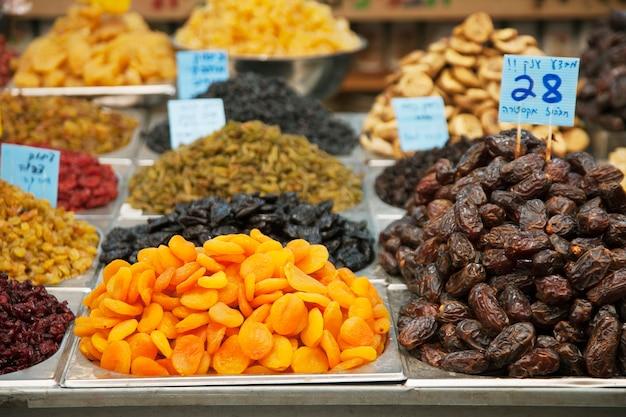 イスラエル、エルサレムの市場にあるドライ フルーツ