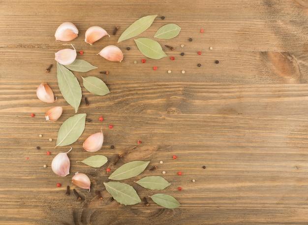 나무 테이블에 마른 마늘. 평면도와 평평한 음식