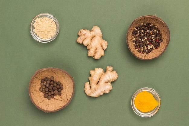 ガラスのボウルに生姜とターメリックを入れ、ココナッツの殻にペッパークロンを入れます。