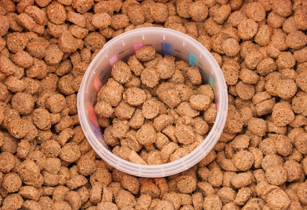 Dry grained pets food with measured glass