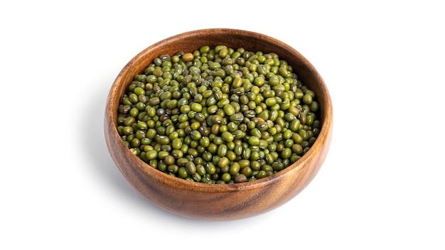 흰색 배경에 고립 된 나무 그릇에 녹색 콩을 건조. 고품질 사진