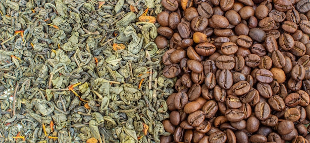 乾燥した緑茶の葉と焙煎したコーヒー豆