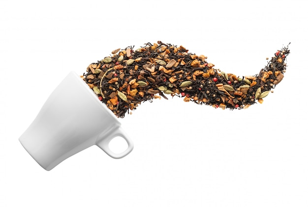 Сухой травяной чай в чашку, изолированные на белом фоне. квартира лежала. абстрактное понятие.