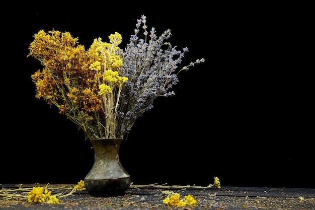 꽃병에 마른 허브 꽃