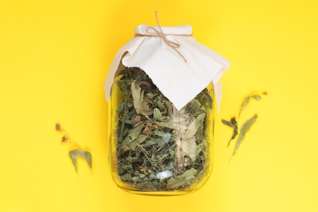 ガラスの瓶に健康的なお茶を飲むための乾燥ハーブ