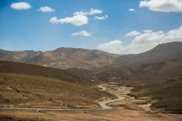 ボリビア、アンデスのコルディジェラ レアルの乾燥した風景
