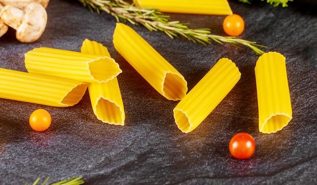 Сухая паста маникотти с грибами и помидорами