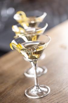 Коктейль dry martini short drink с джином, сухим вермутом и гарниром из цедры лимона.