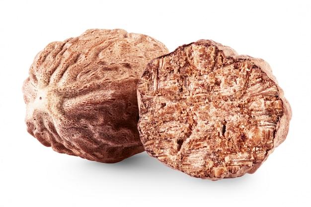 Сухие мускатные орехи, изолированные на белом фоне