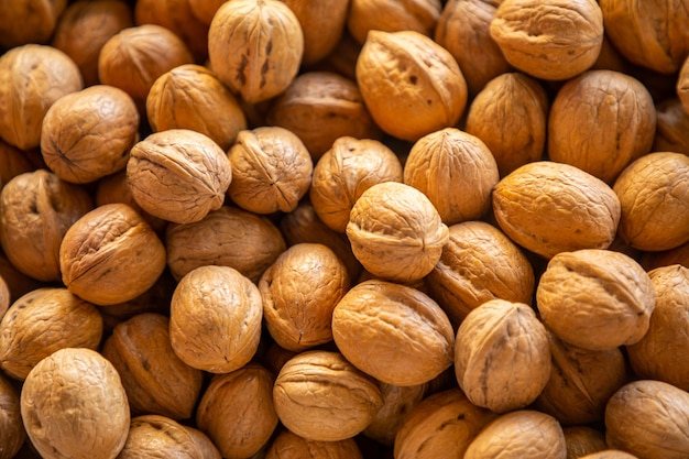 Сухие орехи на турецком рынке в анталии, турция. питание и витамины. здоровая сыроедение. еда фон