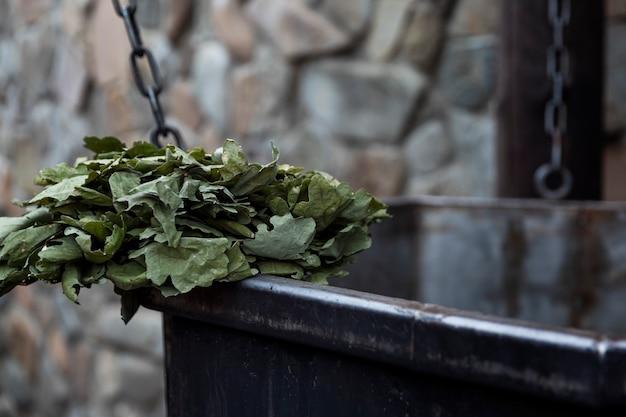 Сухой дубовый веник в банном комплексе. расслабляет и терапия. крупный план. русские традиции.