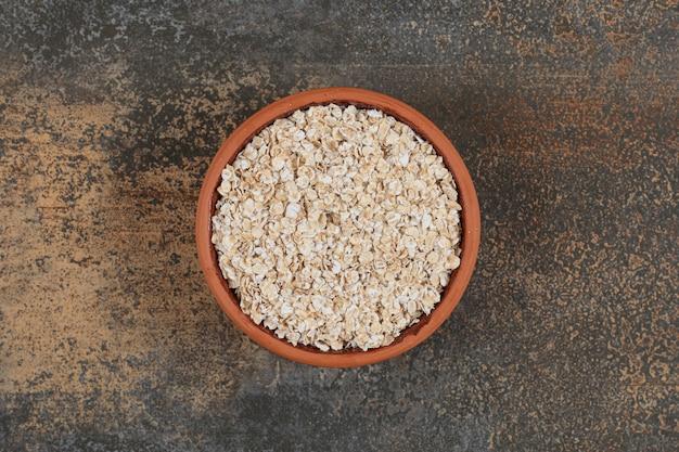 セラミックボウルでオーツ麦フレークを乾燥させます。