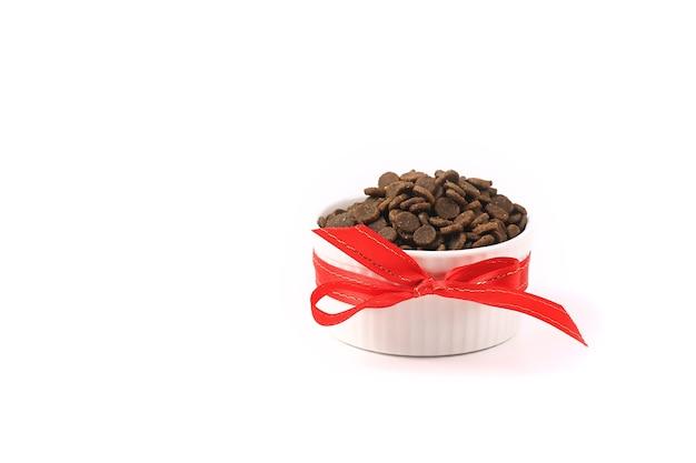 白い背景で隔離の乾燥ペットフード。猫と犬のための食べ物