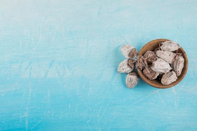 Date prugne secche in un piattino di legno