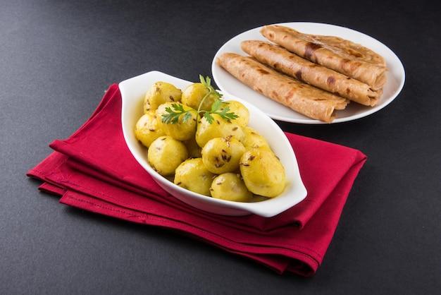 ドライポテトサブジまたはジーラアルーフライは、ロティまたはパラタと一緒にプレートで提供されるインドのランチまたはディナーのレシピです