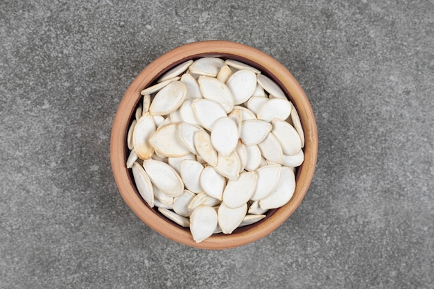 Essiccare i semi di zucca in una ciotola di ceramica.